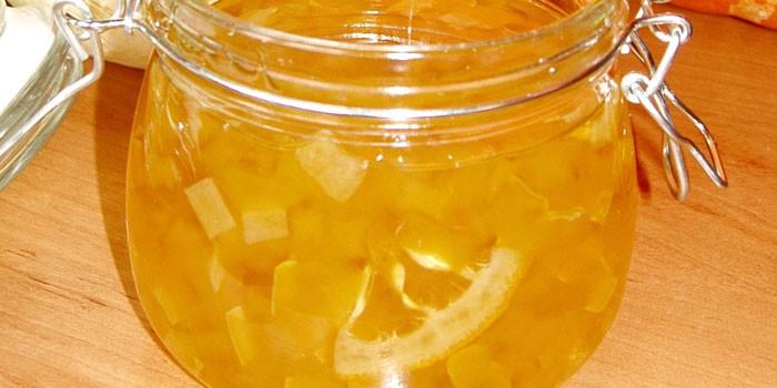 Банка с кабачковым вареньем с лимоном