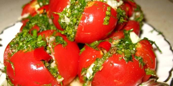 Соленые помидоры с чесноком и петрушкой
