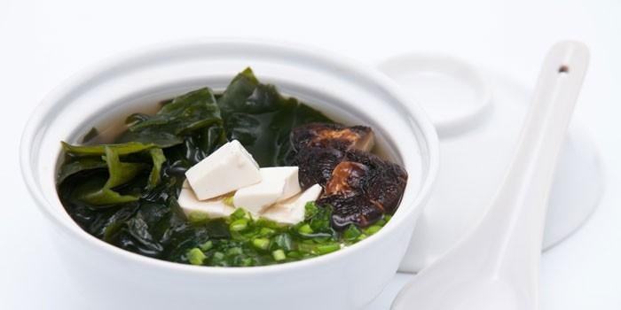 Мисо-суп с нори, зеленым луком и грибами шиитаке