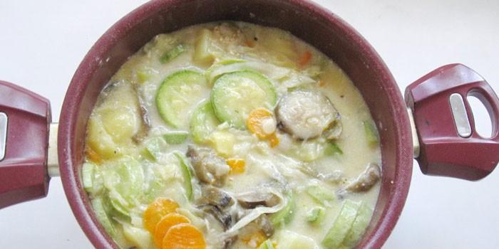 Овощное рагу с овощами и куриным мясом в сметанном соусе