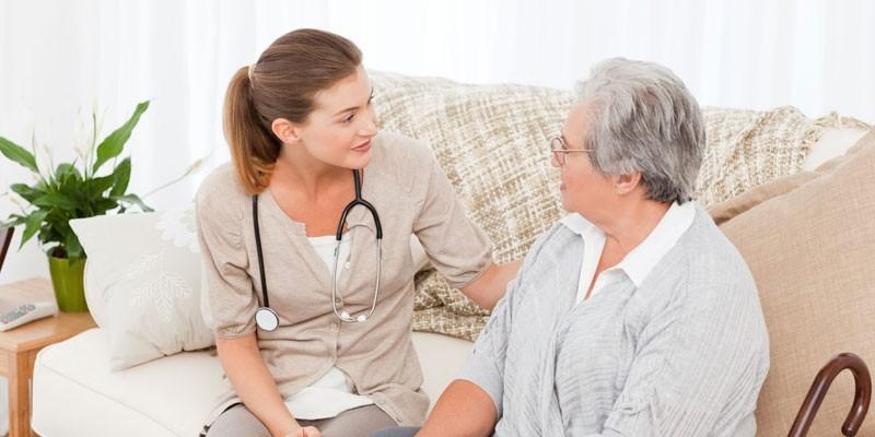 Пожилая женщина беседует с медиком