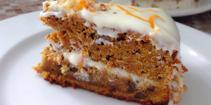 Кусочек морковного торта на тарелке