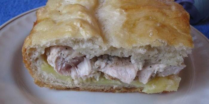 Кусок пирог с начинкой из отварной курицы