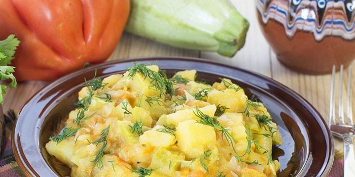 Рагу из кабачков с картофеля в тарелке