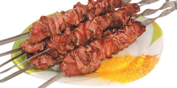 Готовые шашлык из говядины на шампурах