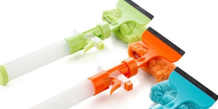 Щетка-скребок для окон с емкостью для стеклоочистителя
