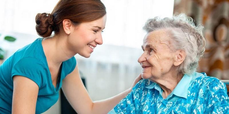 Девушка рядом с пожилой женщиной