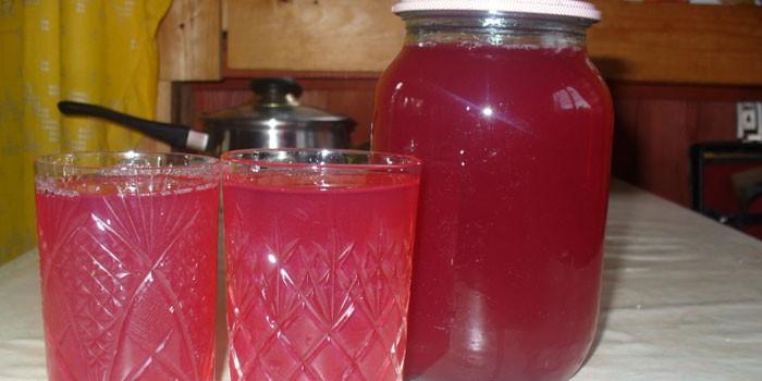 Наливка из вишни и смородины в рюмках и банке