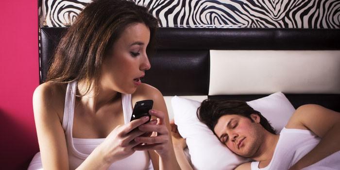 Девушка и парень в спальне