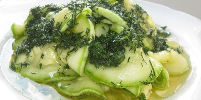 Салат из свежих кабачков с укропом и чесноком