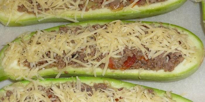 Лодочки из кабачков с фаршем и сыром на противне