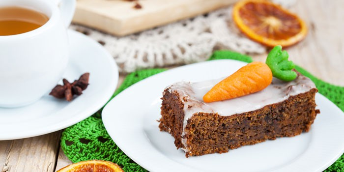 Кусочек морковного пирога на тарелке