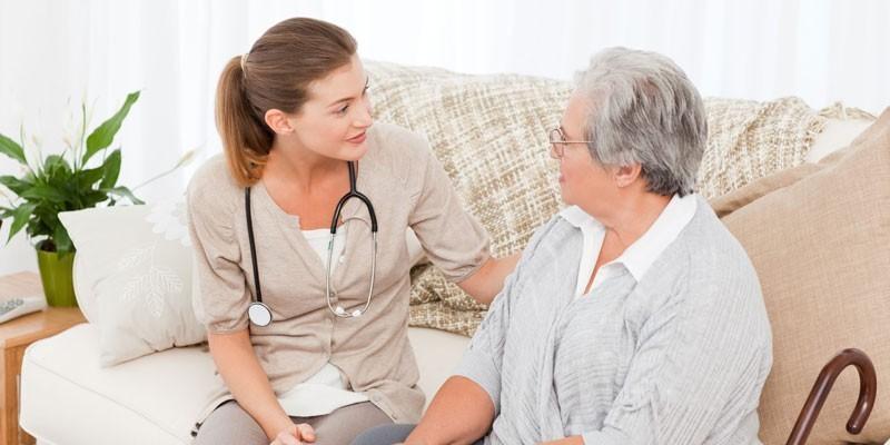 Пожилая женщина и медсестра