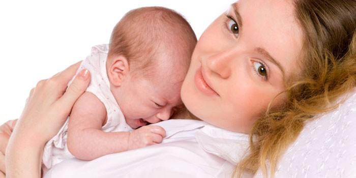 Девушка с грудным ребенком на груди