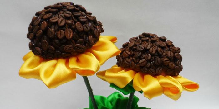 Топиарий в виде подсолнуха из лент и кофейных зерен