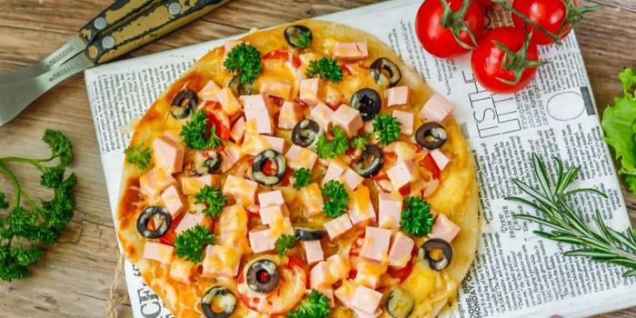 Домашняя пицца с маслина и моцареллой