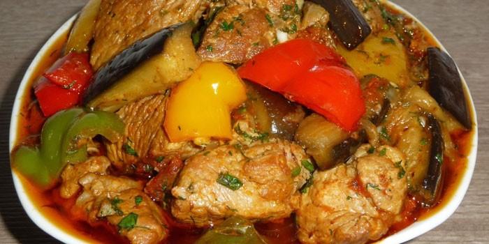 Тушеные баклажаны с курицей и овощами