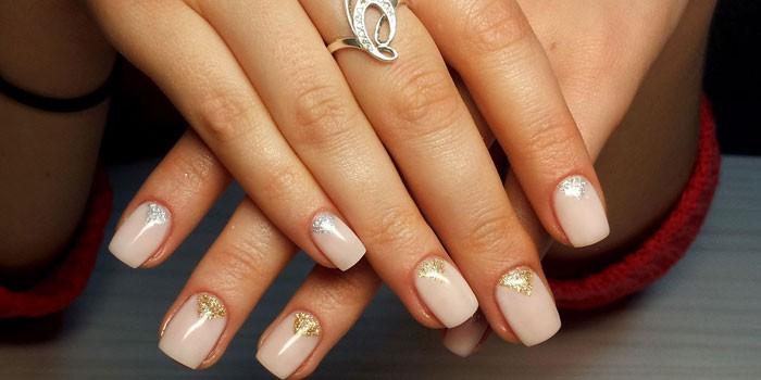 Женские руки с гелевым наращиванием ногтей