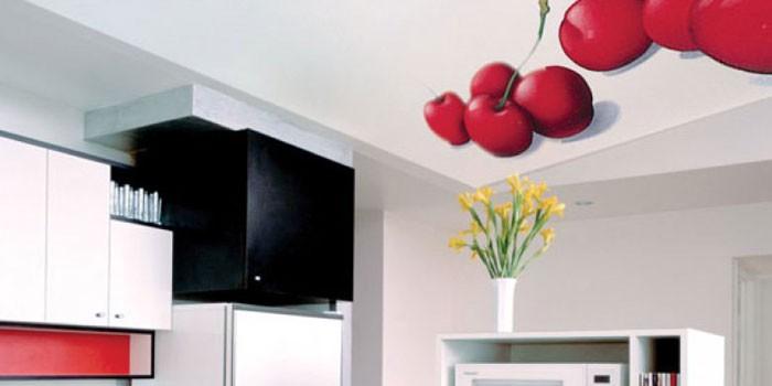 Потолок с фотопечатью в интерьере кухни