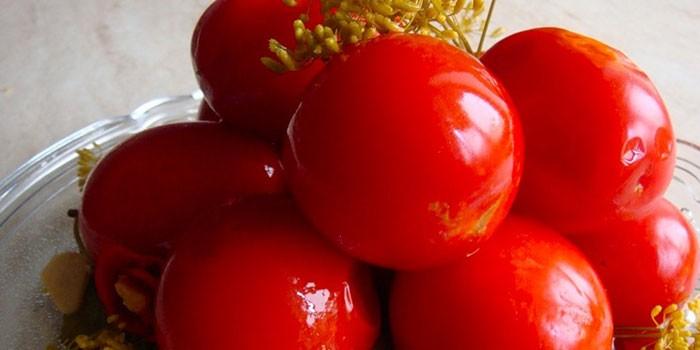 Готовые квашеные малосольные помидоры