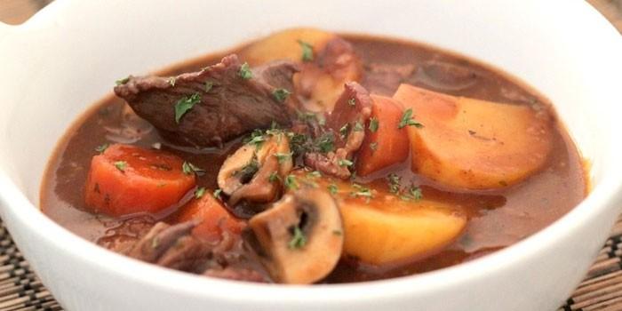 Тушеная говядина с грибами, морковью и картошкой