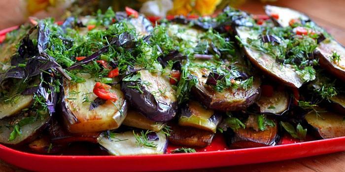 Острые жареные баклажаны с перцем и зеленью