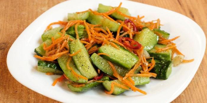 Острый салат из огурцов, перца чили и моркови по корейски