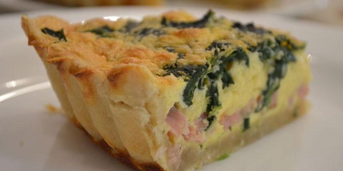 Открытый песочный пирог с рыбой и сыром