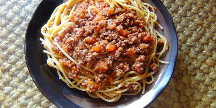 Спагетти с соусом болоньезе и тушенкой