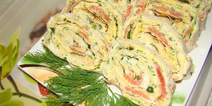Рулет из лаваша с красной рыбой и плавленым сыром