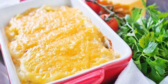Запеченное мясо с картошкой под сыром в форме