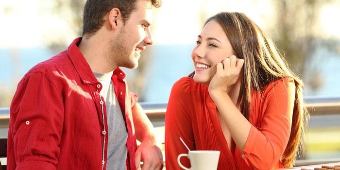 Мужчина и женщина разговаривают на природе