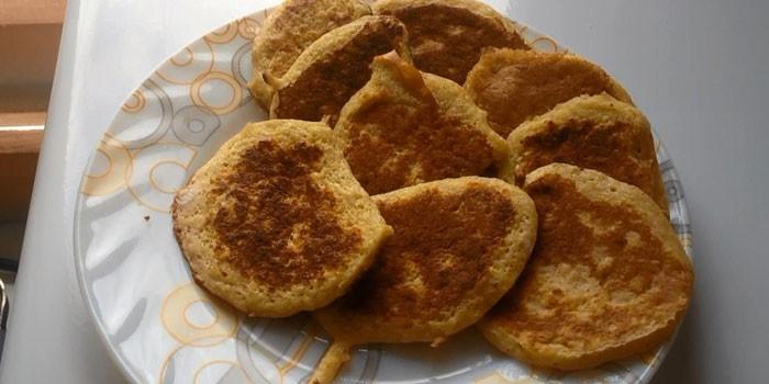 Жареные диетические банановые оладьи на тарелке
