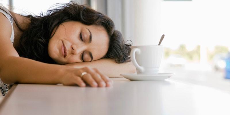 Девушка спит на столе