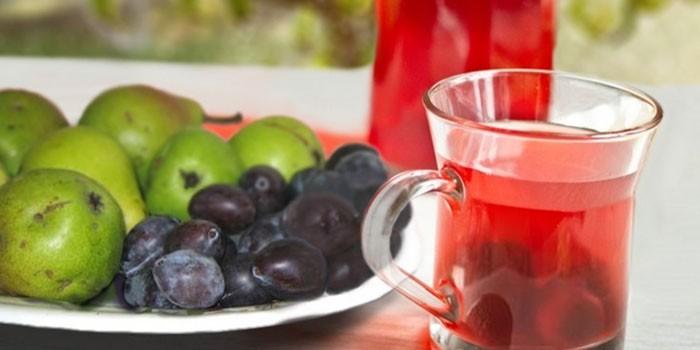Сливово-яблочный компот в чашке