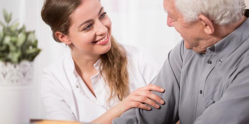 Медработник общается с пожилым мужчиной