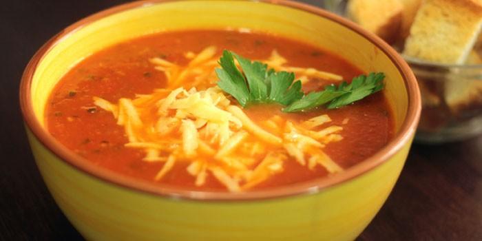 Горячий томатный суп-пюре с сыром