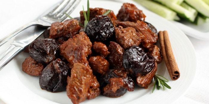 Гуляш из говядины с подливкой - как готовить в мультиварке или духовке с овощами, черносливом или сметаной