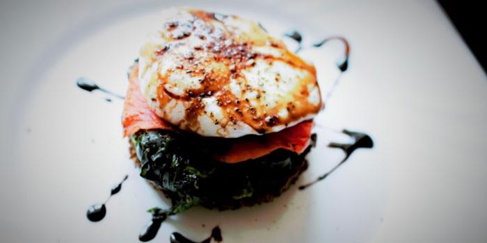 Блюдо с крем-соусом бальзамико