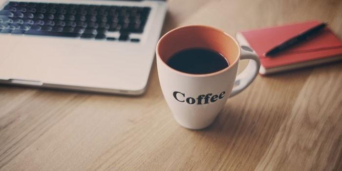 Ноутбук и чашка с кофе