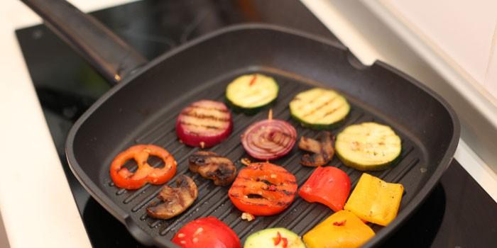 Кусочки овощей на сковородке-гриль