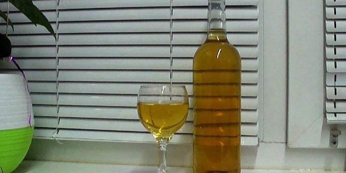 Готовое домашнее вино в бутылке и бокале