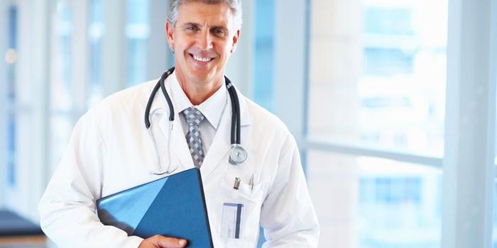 Мужчина-врач с планшетом в руке