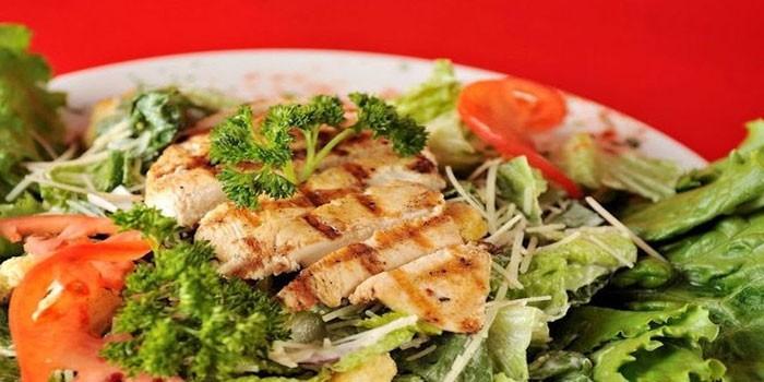 Салат с грудинкой гриль