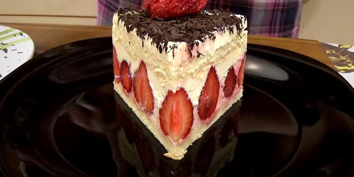 Кусочек десерта на тарелке
