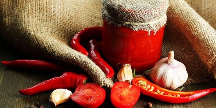 Острая аджика из помидоров, острого перца и чеснока