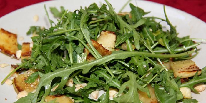 Теплый салат с сыром, шампиньонами с рукколой