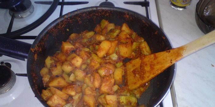 Приготовление блюда в сковороде