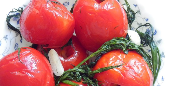 Готовые малосольные помидоры с чесноком и зеленью в пакете