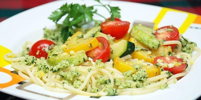Спагетти с помидорами и цуккини